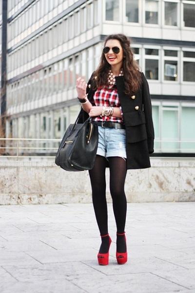 Девушка в шортах, колготках и босоножках