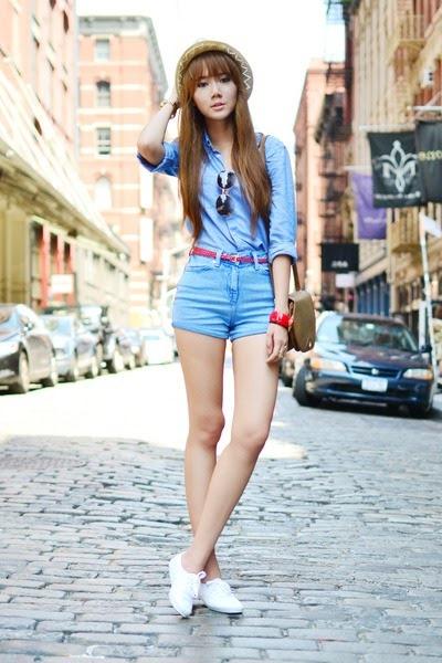 Девушка в шортах с высокой талией и рубашке