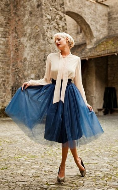 Девушка в широкой, синей юбке миди
