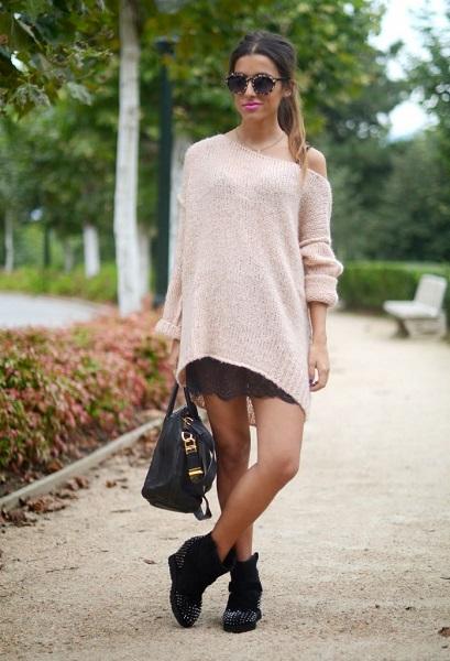 Девушка в свитере оверсайз с открытым плечом