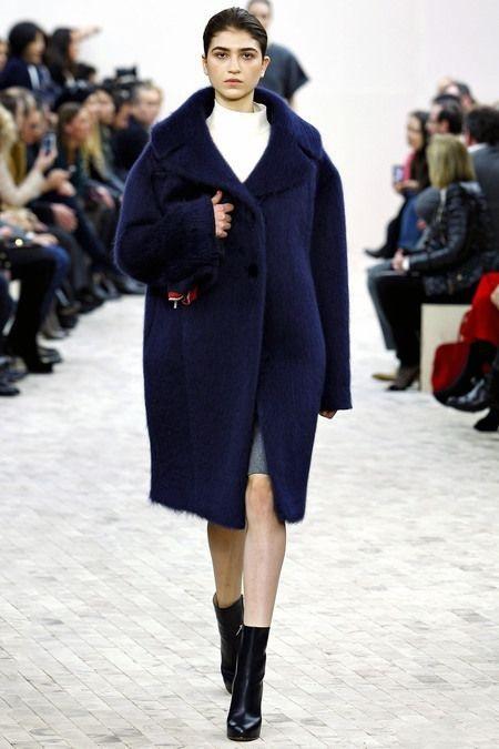 Девушка в темно-синем пальто оверсайз