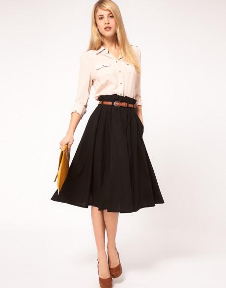 Девушка в широкой юбке миди и блузке на пуговицах
