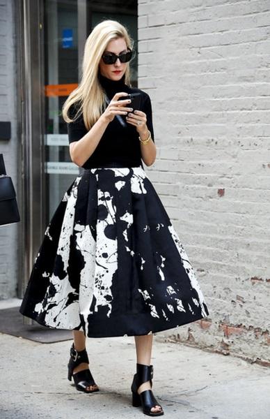 Девушка в черно-белой юбке миди и водолазке