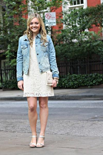 Девушка в белом кружевном платье и светлой джинсовки