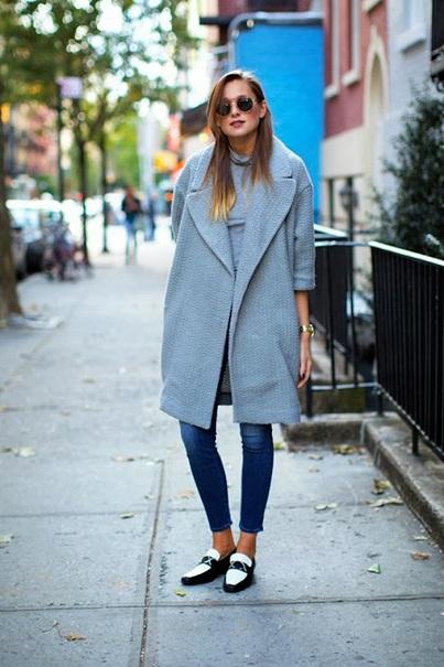Джинсы скинни, двухцветные мокасины и пальто оверсайз - комфортный уличный look