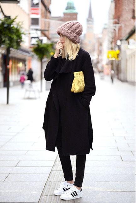 Эффектный уличный образ - пальто оверсайз с кроссовками