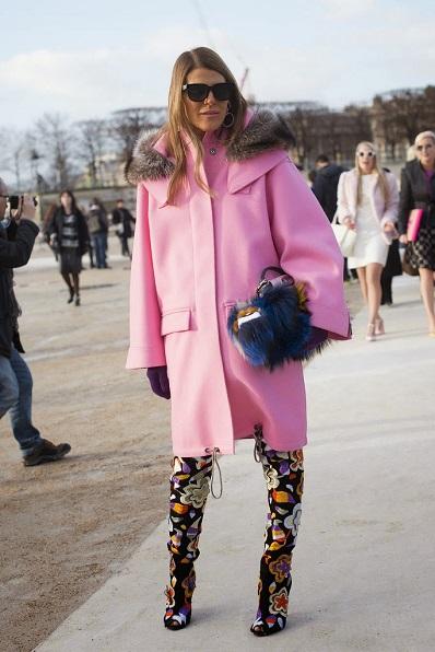 Если у вас яркое пальто, то смело сочетайте его с яркими брюками и сумками