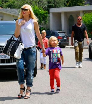 Гвен Стэфани в джинсах оверсайз гуляет с ребенком
