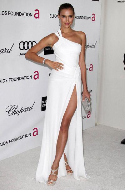 Ирина Шейк в белом длинном платье и серебряных босоножках