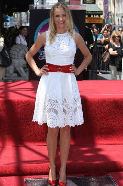 Камерон Диаз в белом платье и красных туфлях