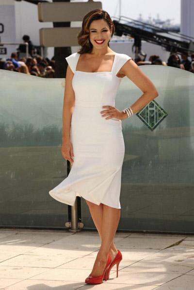 Келли Брук в белом платье и красных туфлях на высоком каблуке