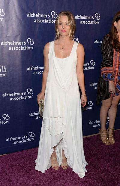 Кейли Куоко в белом платье и бежевых босоножках