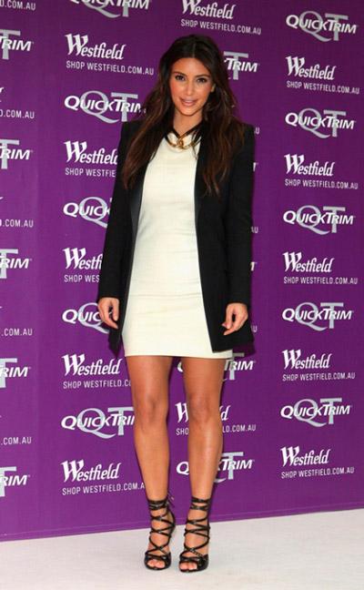 Ким Кардашьян в белом платье и длинном черном пиджаке