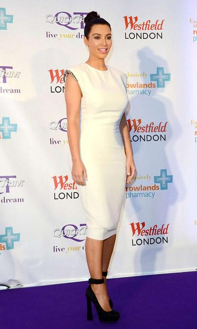 Ким Кардашьян в белом платье и туфлях на каблуке