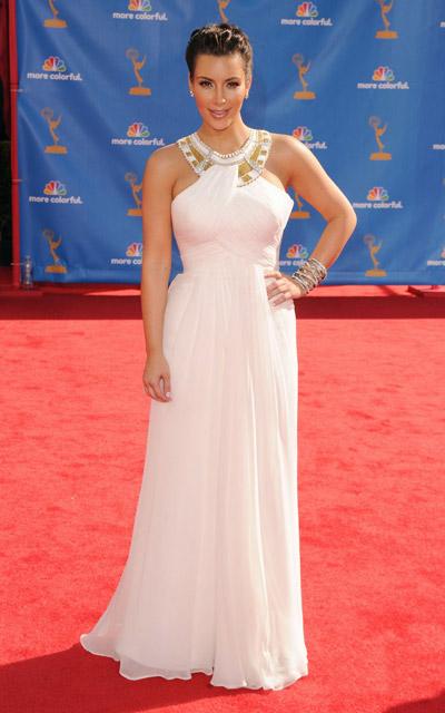 Ким Кардашьян в длинном белом платье