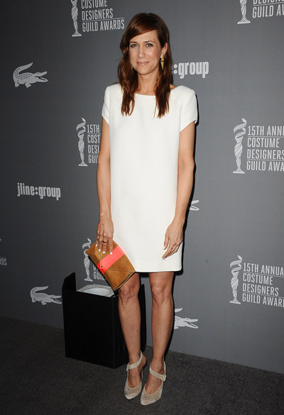 Кристен Уиг в белом платье футляре и бежевых туфлях
