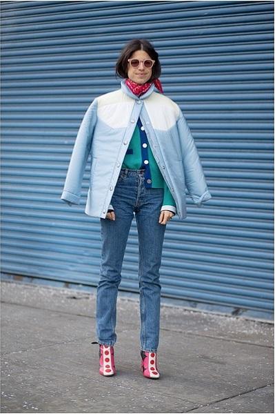 Леандра Медин в джинсах, куртке и бандане на шее