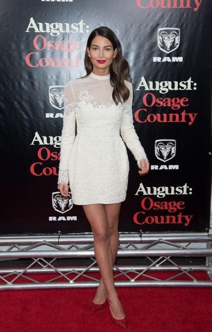 Лили Олдридж в белом платье и красных туфлях
