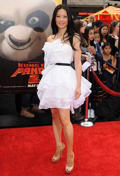 Люси Лью в белом коротком платье и бежевых туфлях