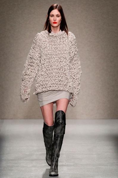 Модель в зимнем свитере оверсайз