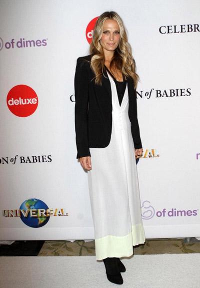 Молли Симс в белом платье и черном пиджаке