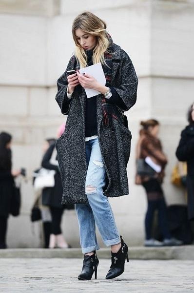 Потертые джинсы и ботильоны будто специально созданы для свободного пальто