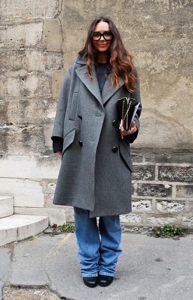 Приталенный низ однозначно хорош, но с джинсами клеш пальто оверсайз выглядит не менее стильно