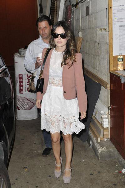 Рэйчел Билсон в кружевном платье и коричневом пиджаке