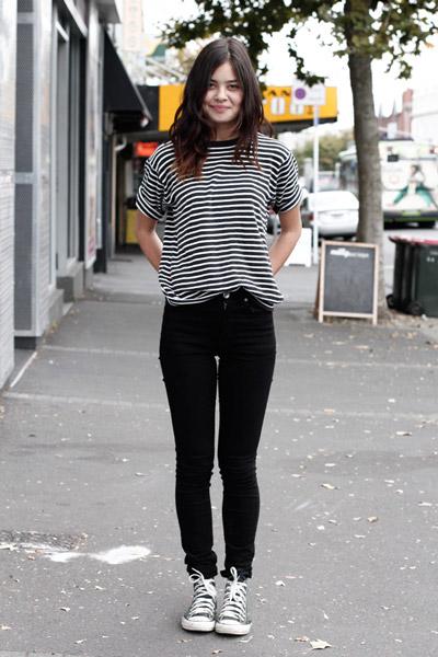 В черные джинсы можно заправлять, пожалуй, любую футболку. В качестве примера представляем тельняшку. И не забудьте надеть кеды!