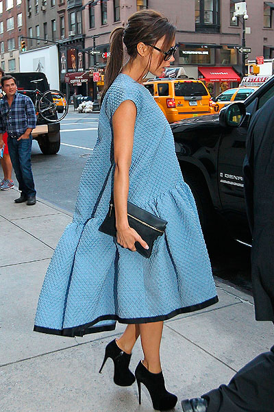 Виктория Бекхэм в голубом платье оверсайз