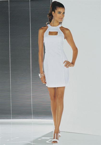 Загорелая девушка в белом платье
