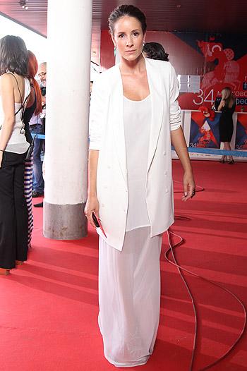 Звезда ММКФ-2012 в белом длинном платье и пиджаке