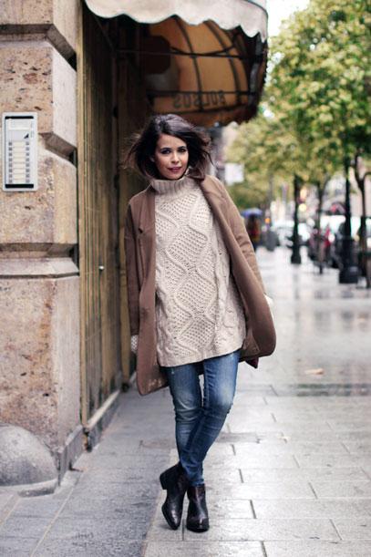 девушка в свитере оверсайз крупной вязки