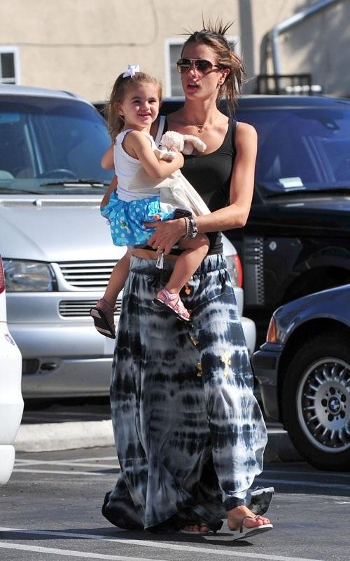 Алессандра Амбросио в широкой юбке в пол и черном топе с дочкой