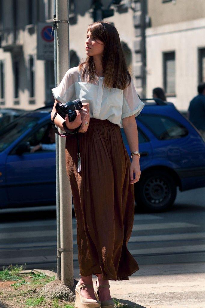 Angelica Ardasheva в длинной коричневой юбке и босоножках на платформе