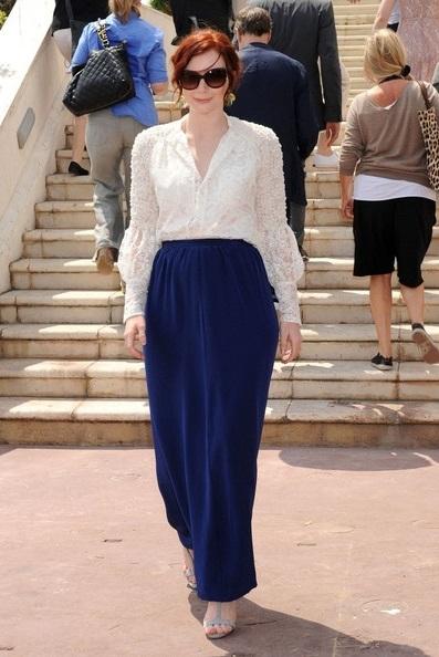 Байс Даллас в синей, длинной юбке и белой блузке
