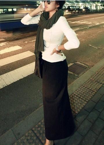 Девушка в белом джемпере и черной юбке