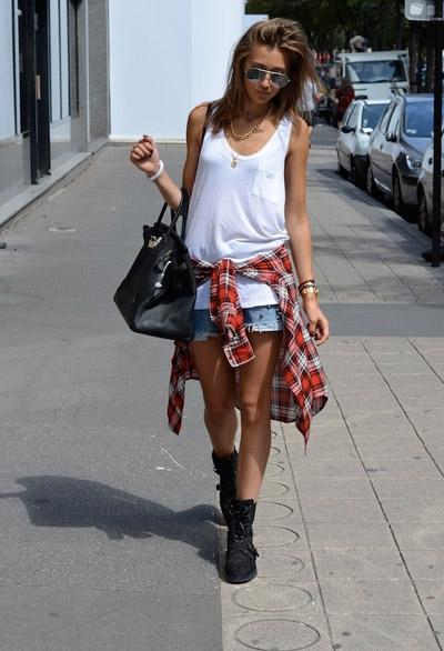Девушка в белом топе и рубашке на поясе