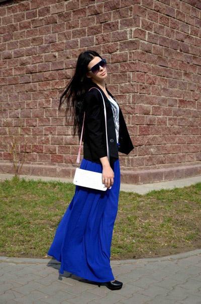 Девушка в белом топе, синей юбке