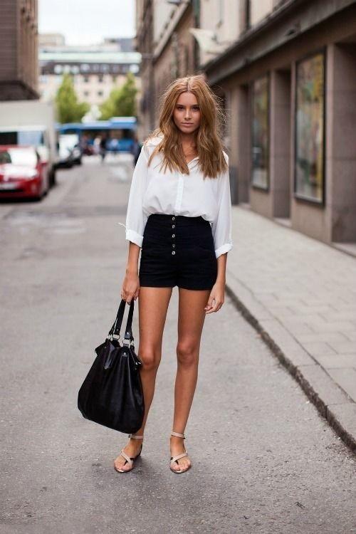 Девушка в белой блузке и шортах с высокой талией
