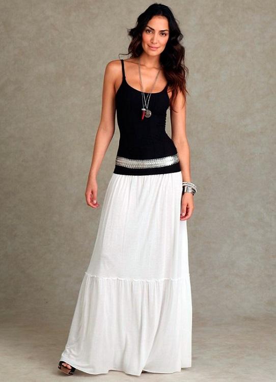 Девушка в белой юбке и черном топе
