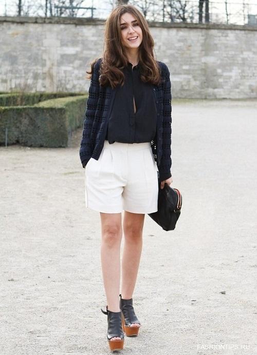 Девушка в белых шортах и черной блузке