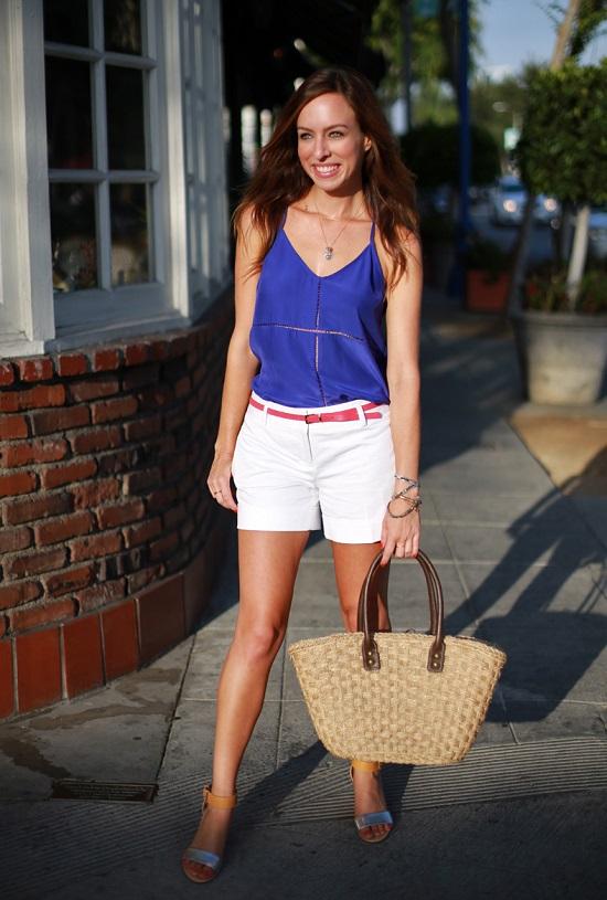Девушка в белых шортах и синем топе
