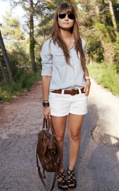 Девушка в белых шортах и голубой рубашке