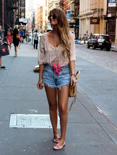 Девушка в бежевой блузке и шортах