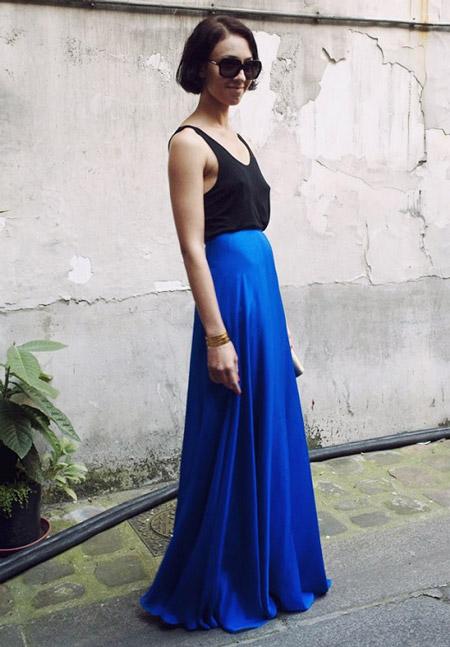 Девушка в черном топе и синей юбке