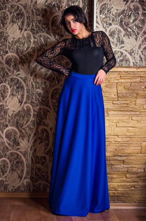 Девушка в черной блузке и синей юбке