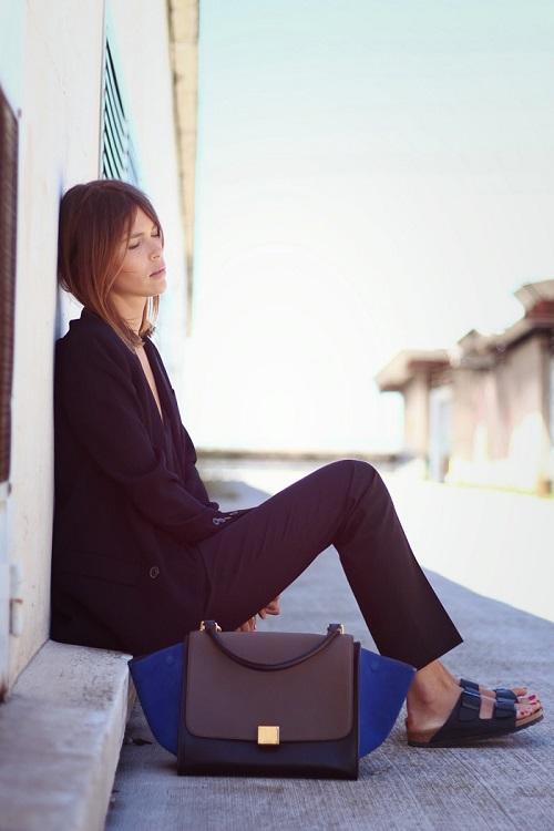 Девушка в черных брюках и биркенштоках