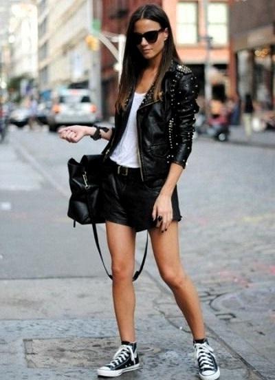 Девушка в черных шортах и белом топе