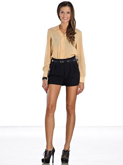 Девушка в черных шортах и персиковой блузке